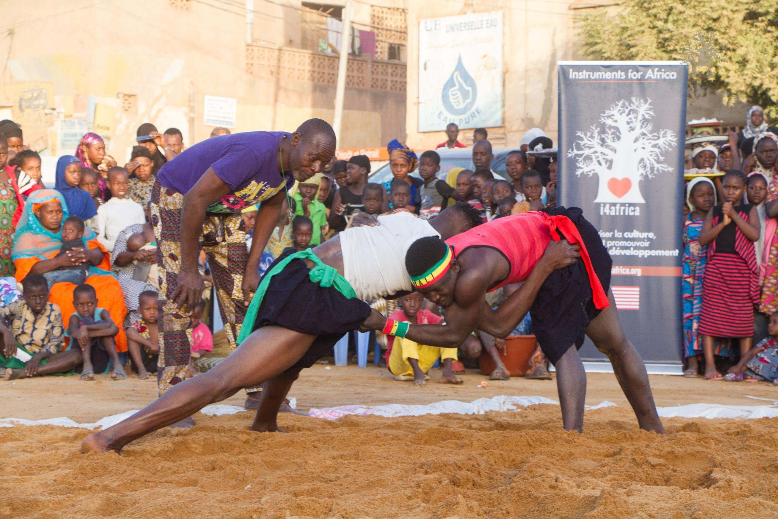 Des lutteurs traditionnels en position de combat